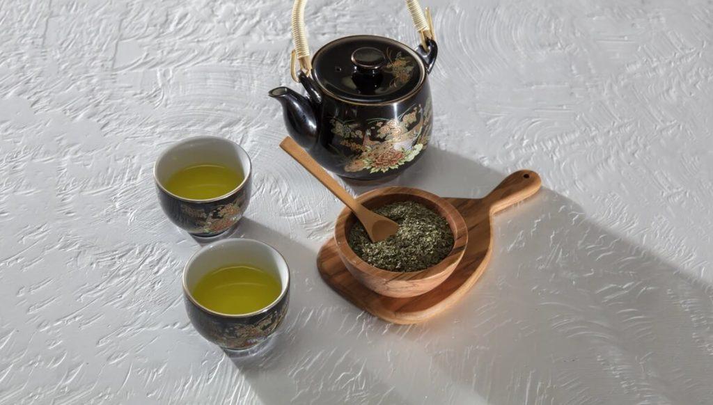 Bule japonês e xícaras de chá