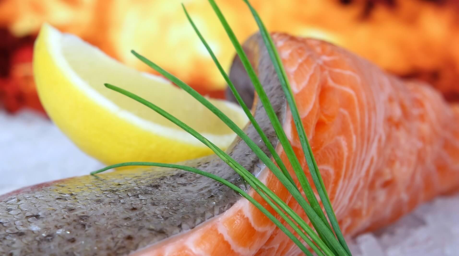 Raw salmon with lemon slice